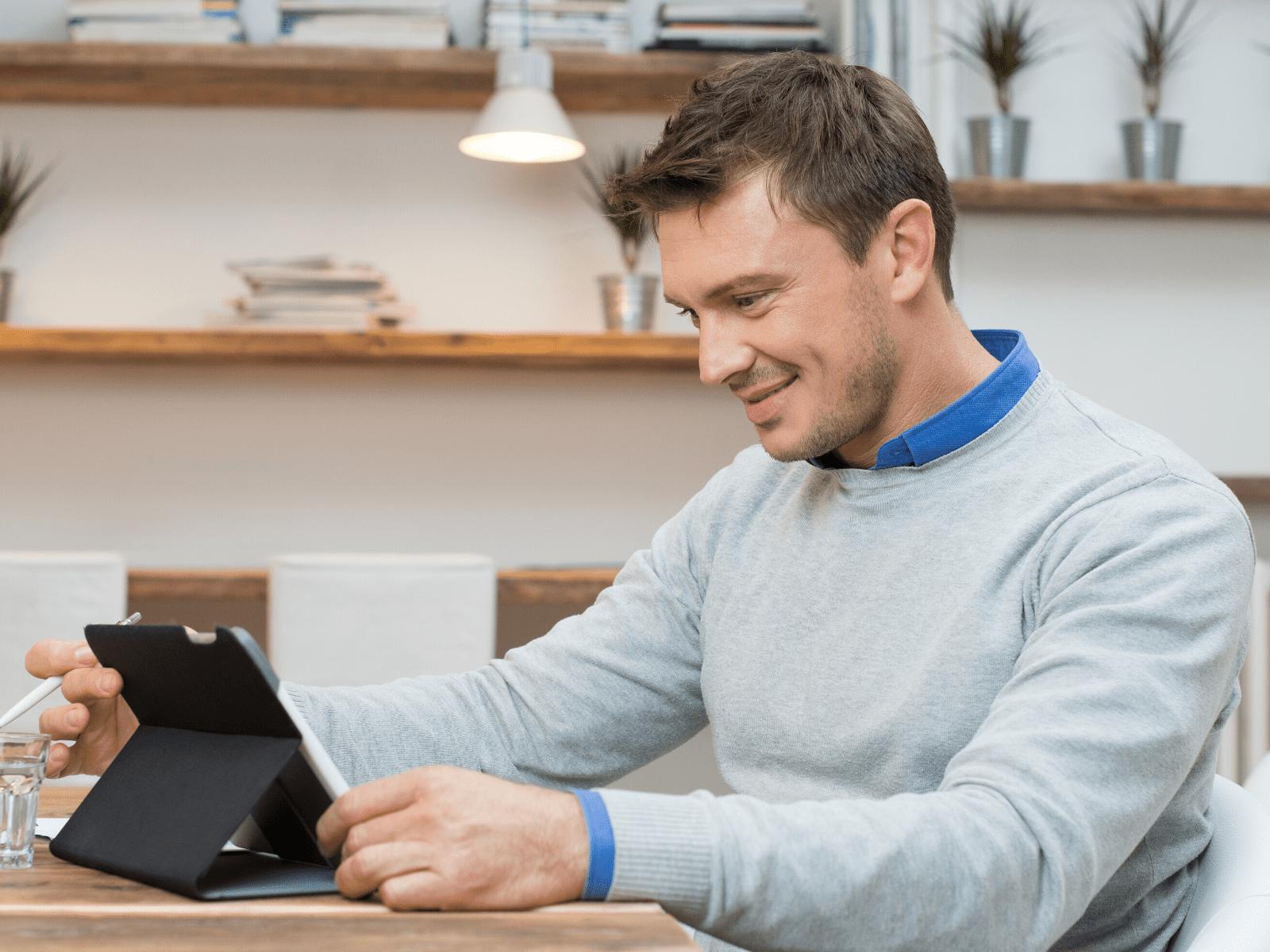 Homem a vender a casa imobiliário digital