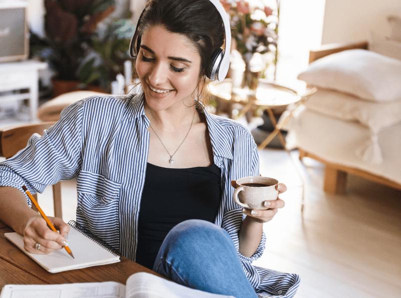 mulher aprendendo usando audiobook